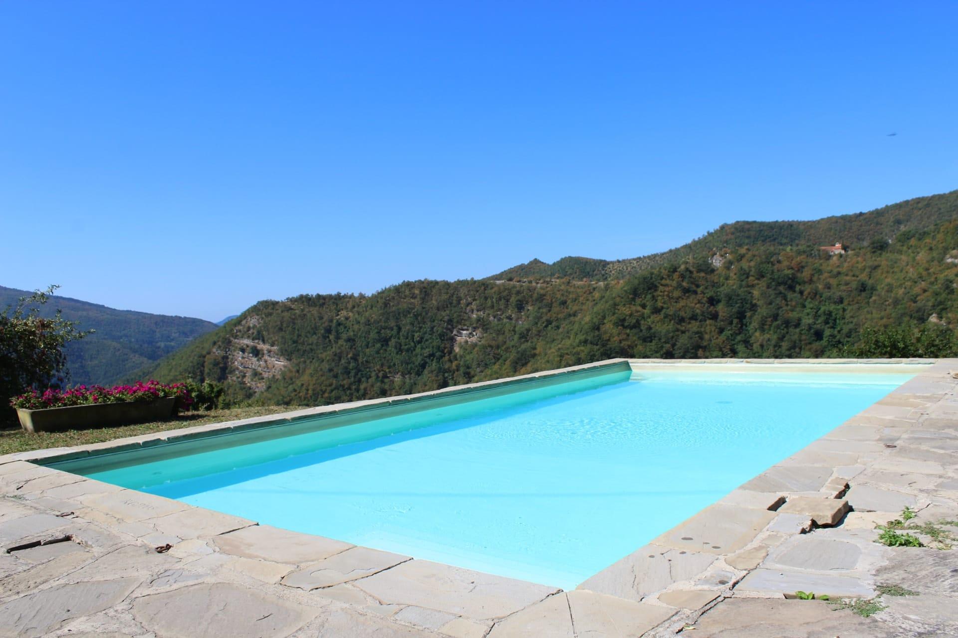La piscina della Tenuta Mazzini si affaccia sull'intera vallata per un bagno immersi nella natura|Tenuta Mazzini Agriturismo-San Godenzo