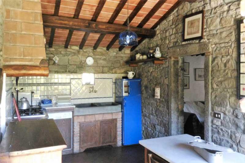 La cucina dell'appartamento il Moro alla Tenuta Mazzini, agriturismo vicino Firenze con piscina